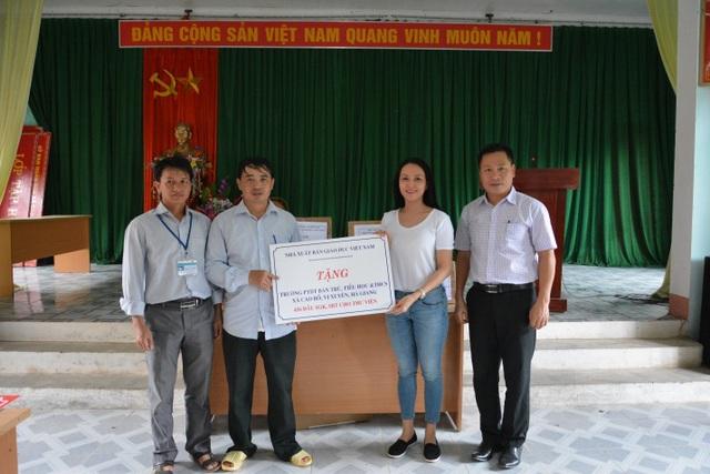 NXB Giáo dục Việt Nam tặng hàng trăm đầu sách cho học sinh vùng khó Hà Giang - 1