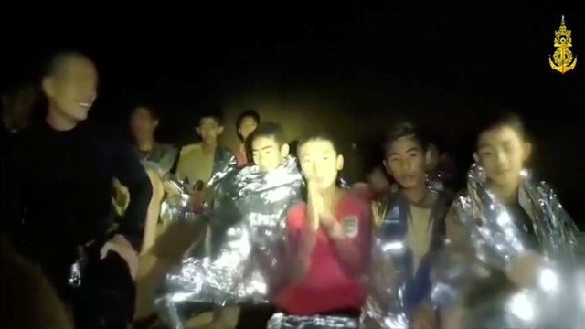 Các thành viên trong đội bóng đang được học bơi và lặn để chuẩn bị ra khỏi hang (Ảnh: Reuters)