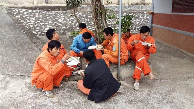 Một bữa ăn vội của công nhân ngành điện (ảnh: FB Vũ Hải)