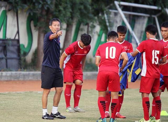 HLV Hoàng Anh Tuấn chỉ đạo các học trò trên sân tập