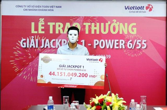 Anh T. nhận giải thưởng hơn 44 tỷ đồng và tặng 500 phần quà cho người dân có hoàn cảnh khó khăn tại Quảng Bình và Khánh Hòa