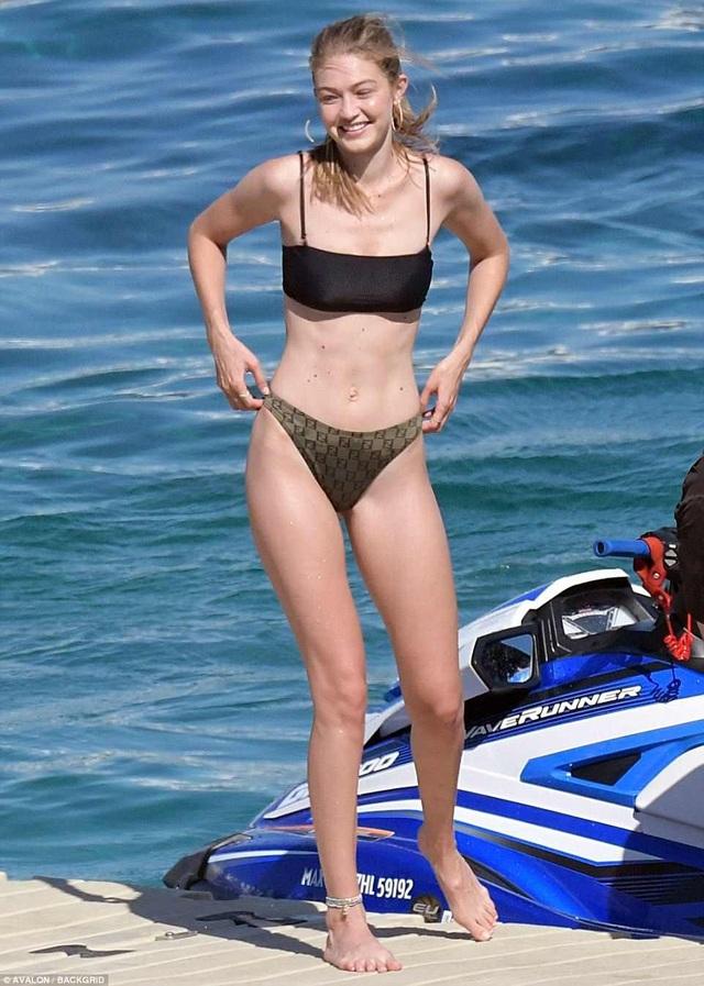 Gigi Hadid quyến rũ trên biển - Ảnh 1.