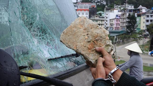 Các đối tượng dùng những viên đá to đập vỡ cửa kính ô tô để trộm cắp tài sản