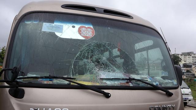 Kính ô tô của xe du lịch bị đập vỡ