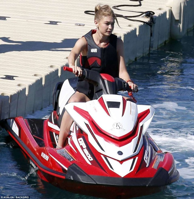 Gigi Hadid quyến rũ trên biển - Ảnh 6.