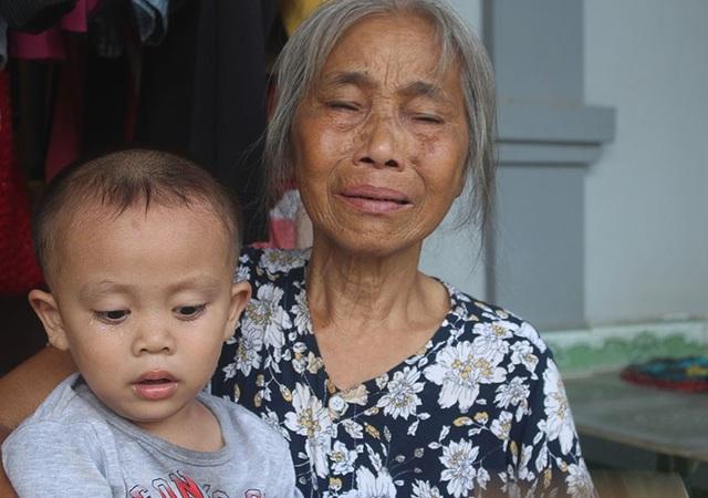 Bà Do không ngừng rơi nước mắt kể về số phận éo le của những đứa cháu tội nghiệp.