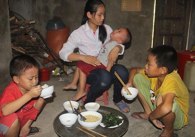 Bữa cơm chan đầy nước mắt của 4 đứa trẻ tội nghiệp.