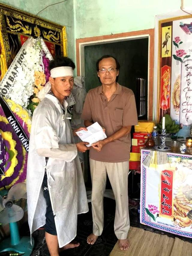 Ông Nguyễn Hữu Hiệp trao số tiền 2 triệu đồng từ Hội khuyến học Quảng Nam đến em Sơn – anh trai của Thủy