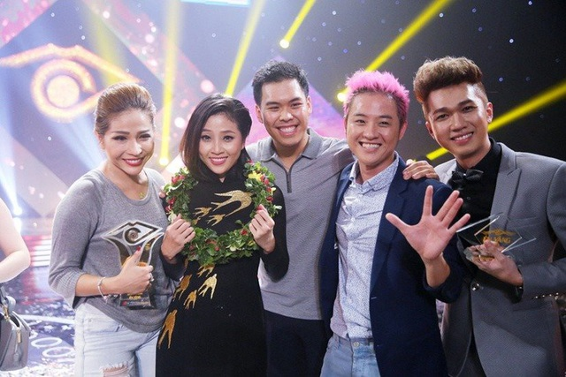 Bạn trai Đức Thành (đứng giữa) từng đến chúc mừng MC Liêu Hà Trinh khi cô giành giải Én vàng, đứng bên cạnh người bạn trai là Thanh Duy và Minh Xù.