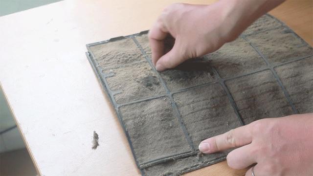 Tấm lọc bụi điều hòa cần được vệ sinh định kỳ để đảm bảo hiệu suất của thiết bị.