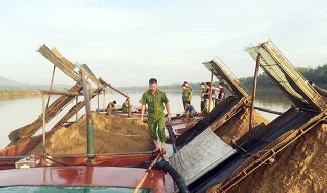 Lực lượng Cảnh sát đường thủy PC68 phối hợp với Công an Vũ Quang bắt quả tang 2 sà lan khai thác cát trái phép trên sông Ngàn Sâu đoạn qua xã Ân Phú, Vũ Quang hồi tháng 5/2018.
