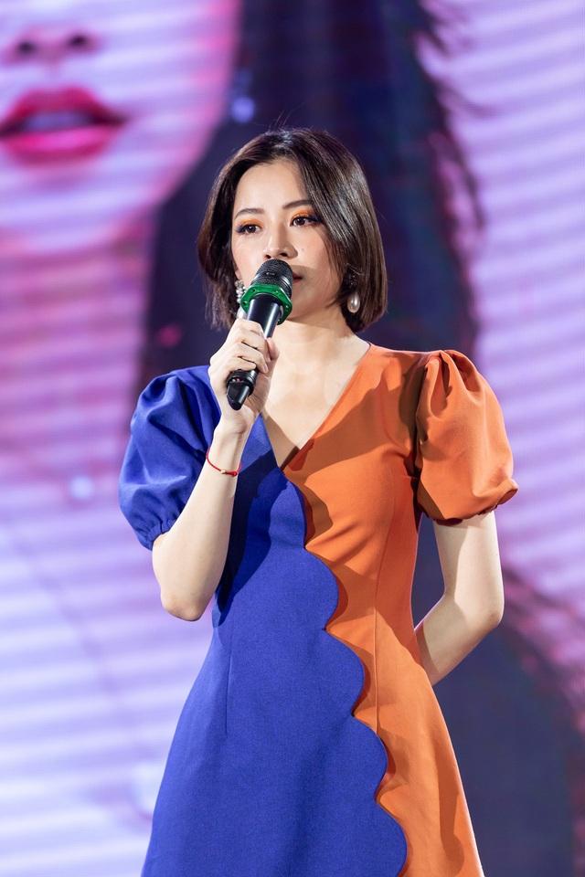 Trong buổi gặp gỡ đặc biệt nhân dịp sinh nhật của mình, Chi Pu đã khiến fan phấn khích khi cover hit Người Hãy Quên Em Đi của đàn chị Mỹ Tâm.