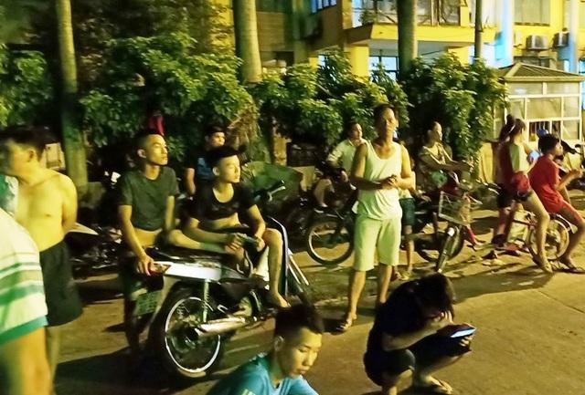 Bất chấp đêm hay ngày, người dân, lái xe vẫn ở BOT Tân Đệ khá đông