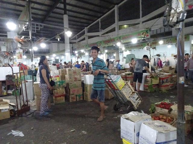 Thời gian lao động cật lực nhất của các cửu vạn ở chợ đầu mối Hoà Cường thường từ 1h - 7h sáng mỗi ngày
