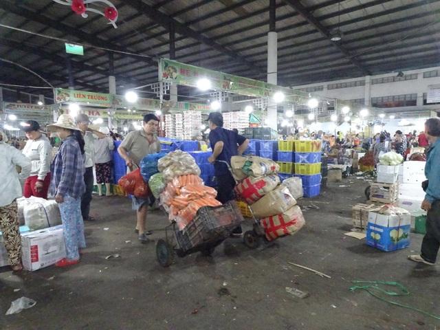 Chợ đầu mối Hoà Cường là nơi tập trung đông cửu vạn nhất ở Đà Nẵng