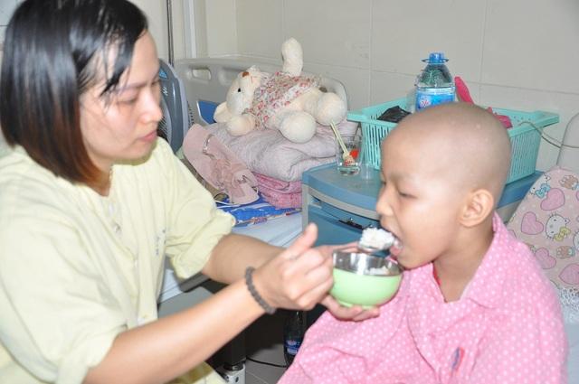 Để có tiền đi viện chữa trị cho con, chị đã vay lãi ngày với giá cắt cổ.