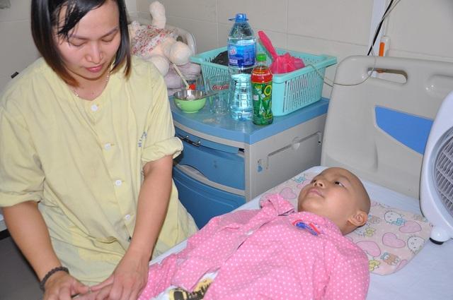 Cùng lúc chồng và con bệnh khiến chị Phương không thể xoay xở được.