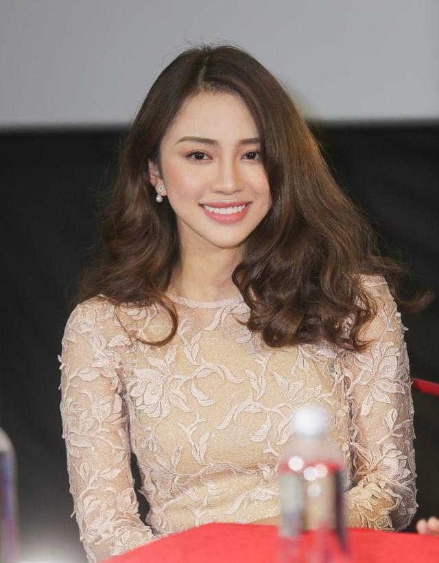 Thiên Nga (The Face) cũng góp mặt với vai hot girl trong hội Mỹ Nhân trong phim cùng Trúc Anh.