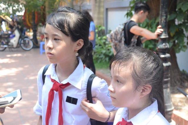Ngọc Ánh (trái) và Khánh Ngọc hai người bạn từ nhỏ của Vân Nhi cho biết, rất tự hào về hành động hiến giác mạc của bạn mình. Khánh Ngọc chia sẻ muốn được viết tiếp ước mơ của Vân Nhi là trở thành bác sĩ trong tương lai.