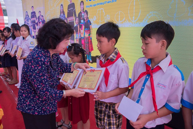 Bà Trương Mỹ Hoa trao những phần học bổng cho các em học sinh tiểu học.