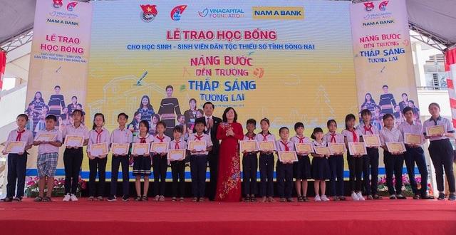 Hoa hậu Hoàn vũ Việt Nam 2017 H'Hen Niê – Đại sứ Nhân Ái của Nam A Bank cùng Chị Trần Trung Nghĩa – Đại diện tổ chức VinaCapital Foundation trao học bổng và chụp ảnh với các em.