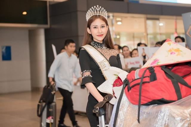 Khác với nhiều người đẹp, được cha mẹ đón trong vòng tay ngày trở về, Chi Nguyễn có đôi chút tủi thân vì chỉ có một mình.