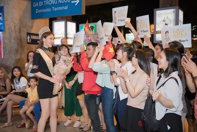 Ngay tại sân bay, nhiều fan hâm mộ mang theo poster, hoa, trà sữa để tận tay gửi tặng Chi Nguyễn. Bất ngờ trước tình cảm của các fan, Chi Nguyễn đã xúc động rơi nước mắt hạnh phúc.
