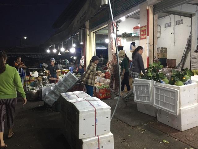 Chợ đầu mối rộn ràng từ lúc nửa đêm. Đó cũng là lúc những cửu vạn - những người nhận khuân vác, vận chuyển hàng hoá thuê bắt đầu một ngày làm việc