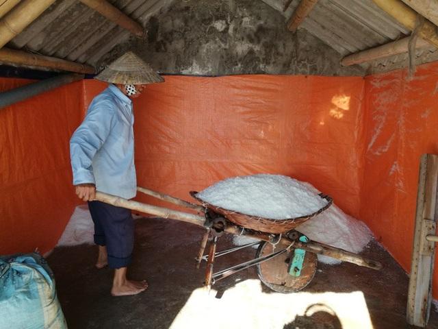 Muối ướt sau khi được đưa vào kho cho ráo nước sẽ được bán với giá 2 nghìn đồng/kg