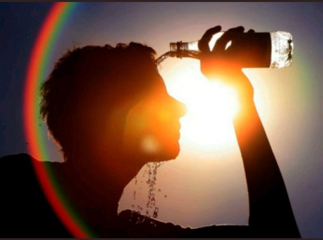 Luôn giữ mát, uống đủ nước và theo dõi các thông báo thời tiết. Quá nóng có thể làm bạn bị bệnh bởi cơ thể không thể tự điều hòa và làm hạ thân nhiệt.