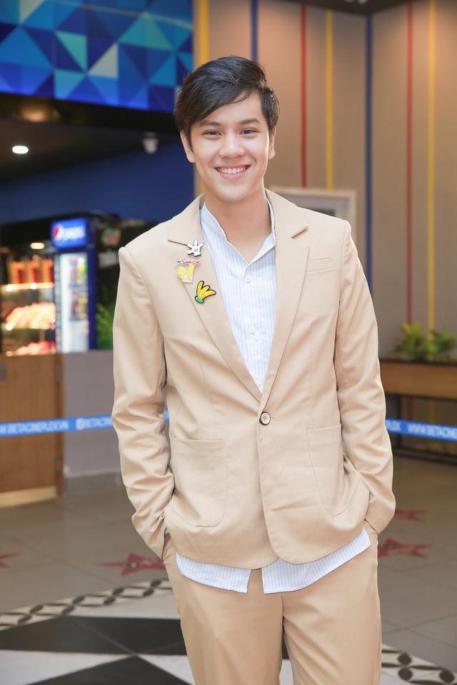 Nanon Korapat, diễn viên 17 tuổi của Thái lần đầu dóng phim Việt Nam, anh chia sẻ: Đây là lần đầu tiên tôi nói tiếng Việt trong một bộ phim. Điều đó yêu cầu tôi phải hiểu rõ cảnh mình xuất hiện, nắm rõ tâm lý của nhân vật để thể hiện tốt vai diễn.
