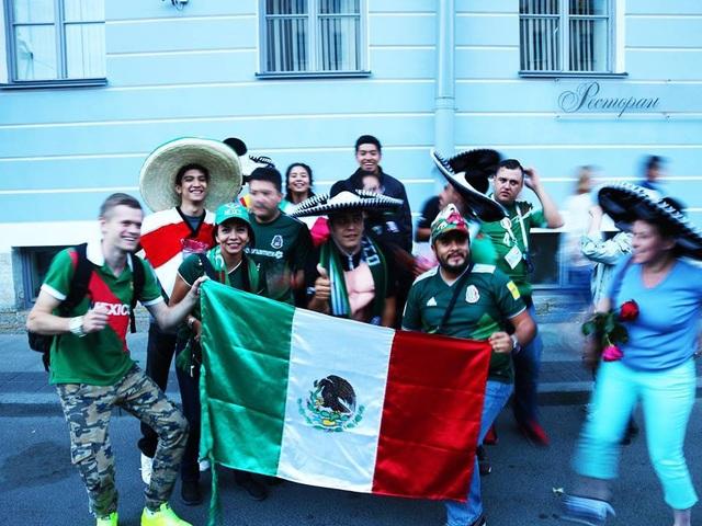 Những màu cờ bắt gặp ở khắp nơi cùng các nhóm cổ động viên tạo nên không khí lễ hội tuyệt vời tại Nga. Đây là hình ảnh cổ động viên Mexico với chiếc mũ rộng vành trứ danh đang ăn mừng chiến thắng trước đội tuyển Đức.