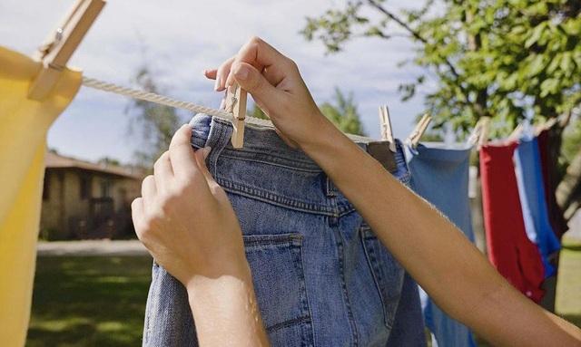 Biết các mẹo nhỏ này sẽ giúp chị em bớt lo lắng về vấn đề lem màu hay bạc màu của quần áo