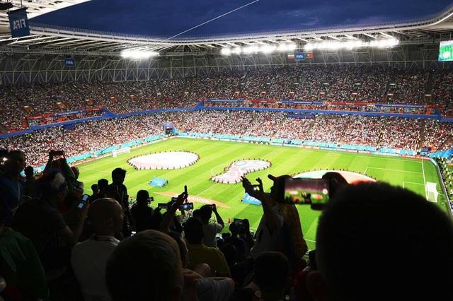 Còn đây là hình ảnh bên trong sân vận động, thực sự là một bầu không khí vô cùng cuồng nhiệt, chỉ nghe những âm thanh thôi cũng đã cảm thấy vô cùng phấn khích rồi!
