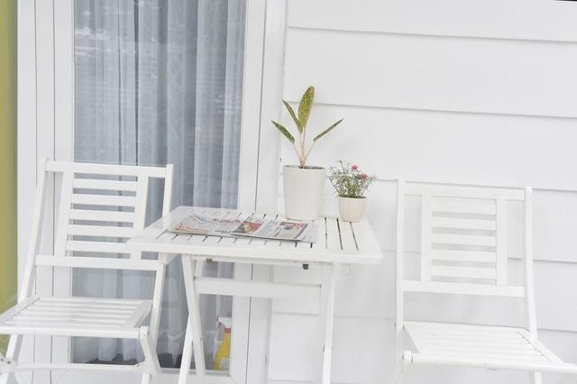 Quyền Linh thích nhất chiếc bàn trước cửa với chậu hoa nho nhỏ. Với anh, ngồi ở đây đọc báo là sướng nhất.