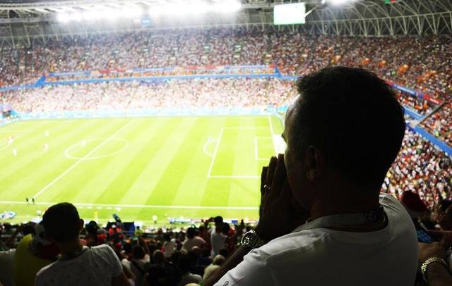 Một cổ động viên của Iran đang cầu nguyện khi đội nhà được hưởng quả penalty ở những phút cuối trong trận gặp Bồ Đào Nha. Hiếm có môn thể thao nào đem lại cho con người ta nhiều cảm xúc hồi hộp và vỡ òa trong hạnh phúc như bóng đá…