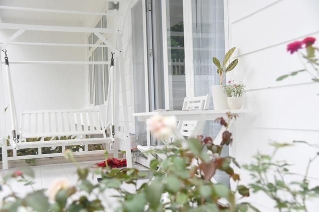 """Hoa hồng diện diện ở khắp nơi trong nhà, từ bờ tường đến phòng ngủ, phòng khách. Linh bảo: """"Nhiều người thích hoa lan, hoa sen, nhưng bà xã Dạ Thảo của Linh lại rất thích hoa hồng."""