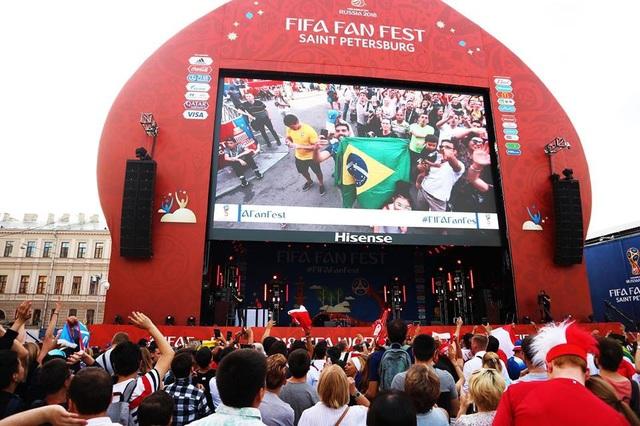 Không chỉ trong sân mà bầu không khí tại các khu Fan Fest cũng vô cùng sôi động. Ở đây ngoài việc xem bóng đá, các bạn cũng có thể thưởng thức bia tươi, ăn uống hay giao lưu đá bóng với cổ động viên trên khắp thế giới. Tại 11 thành phố tổ chức World Cup năm nay đều có những khu Fan Fest lớn. Đây là hình ảnh tôi chụp tại Fan Fest ở Saint Petersburg trước trận Brazil gặp Thụy Sĩ.