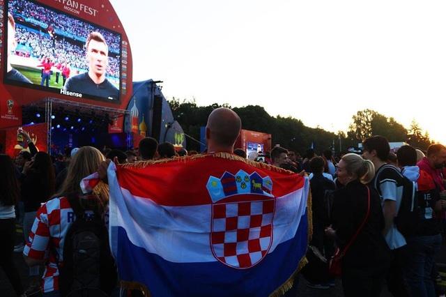 Còn đây là Fan Fest nằm trên đồi Chim Sẻ ở Moscow. Một cổ động viên Croatia đang khoác cờ và hát quốc ca trước trận đấu giữa Croatia gặp Argentina. Chắc chắn sau trận đấu này anh đã có niềm vui lớn khi đội nhà đánh bại Argentina ba bàn không gỡ.