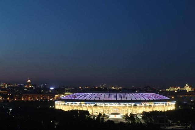 Ngay phía bên dưới đồi Chim Sẻ và Fan Fest Moscow là sân vận động Luzhniki, nơi sẽ diễn ra những trận đấu quan trọng nhất của World Cup năm nay như trận khai mạc và chung kết. Đây là hình ảnh tôi chụp sân Luzhniki lúc gần 12h đêm, một khung cảnh lung linh tuyệt đẹp.