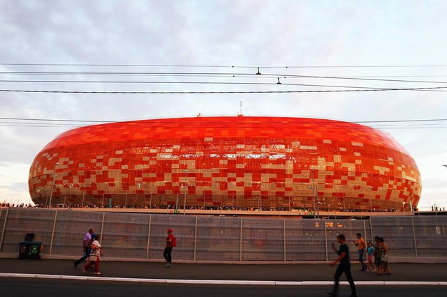 """Bên ngoài sân vận động Mordovia Arena ở thành phố Saransk. Đây là một thành phố nhỏ cách Moscow gần 700km. Tôi đã ngồi tàu gần 9 tiếng từ Moscow để tới đây. World Cup là cơ hội để cho những thành phố xa xôi như Saransk đón lượng lớn khách du lịch chưa từng có, người dân ở đây luôn nở nụ cười và hỏi tôi: """"Bạn thấy nơi đây tuyệt chứ?"""""""
