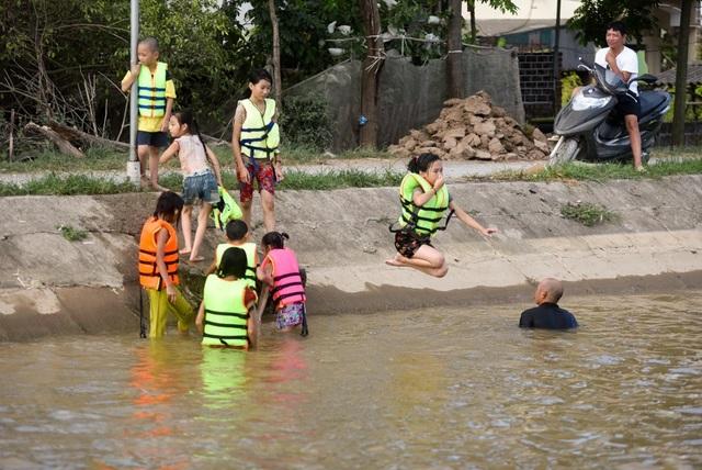 Mương rộng khoảng 4 m, có chỗ nước sâu gần 3 m.