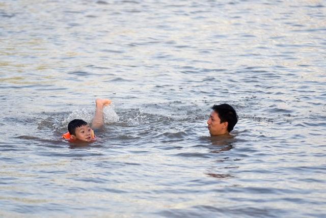 """Hà Nội: Mương nước thành """"bể bơi"""" giải nhiệt ngày nắng nóng - 7"""