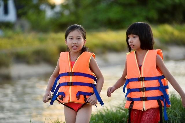Đa số em nhỏ đến tắm được phụ huynh chuẩn bị áo phao để đảm bảo an toàn.