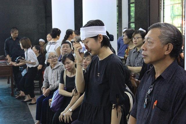 Chị Nguyễn Việt Nga - chị gái bé Vân Nhi không kìm được những giọt nước mắt trước khi tiễn đưa em gái bé nhỏ của mình về nơi an nghỉ.