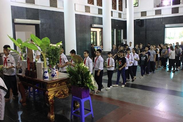 Những học sinh lớp 6A9 – Trường THCS Phan Chu Trinh tập trung gần như đông đủ tại nhà tang lễ Bệnh viện 354 để đưa tiễn cô bạn nhỏ cùng lớp