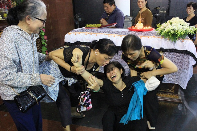 Trước linh cữu của con, chị Nguyễn Thị Hải Vân – mẹ bé Vân Nhi vốn kiên cường nhưng không ngăn được những giọt nước mắt nghẹn ngào, nức nở rồi ngã quỵ khi lần cuối cùng được nhìn mặt con gái.