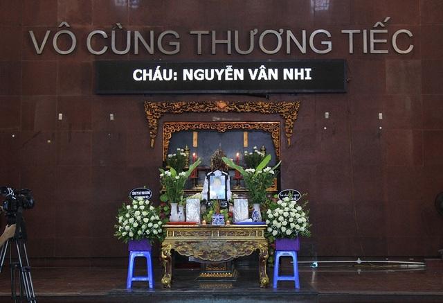 11h sáng nay tại Nhà tang lễ nhà tang lễ Bệnh viện 354 đã diễn ra lễ phúng viếng bé Nguyễn Vân Nhi - thiên thần nhỏ trước khi qua đời đã tình nguyện hiến tặng giác mạc của mình cho những bệnh nhân mù loà.
