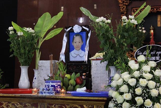 Gần trưa ngày 2/7, sau khi trút hơi thở cuối cùng tại BV Nhi Trung ương, gia đình của bé Nguyễn Vân Nhi (12 tuổi, Ngọc Khánh, Hà Nội) đã thực hiện ước nguyện của cô bé, hiến giác mạc để tặng những bệnh nhân mù lòa.