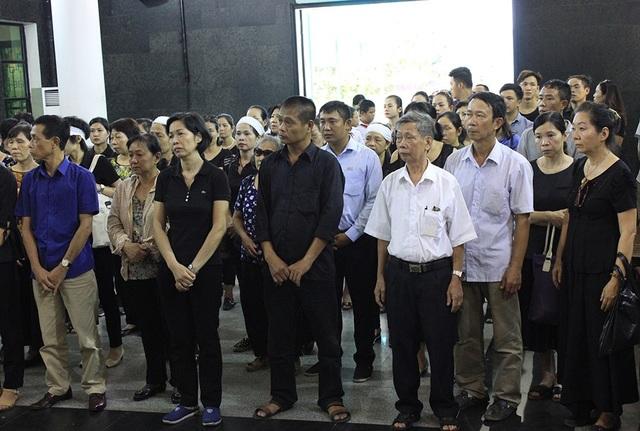 Mặc dù dưới cái nắng nóng oi bức nhưng đã có rất đông người dân cùng bạn bè bé Vân Nhi đến cùng chia buồn với gia đình.
